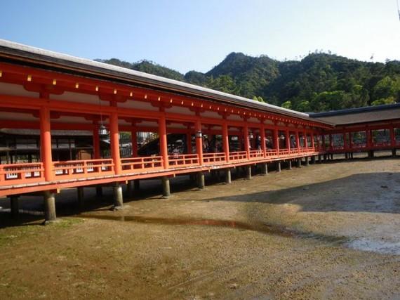 「厳島神社・廻廊」 干潮時に廻廊を海側から写す
