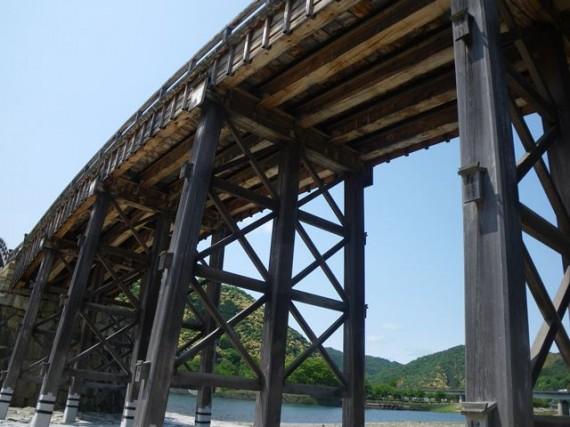 「錦帯橋」を下から観察 (木材の支柱も)