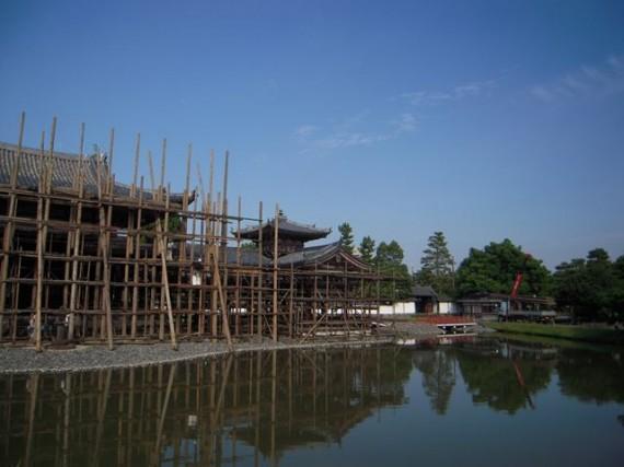 修理中の「平等院鳳凰堂」脇に運び込まれる『木製足場材』
