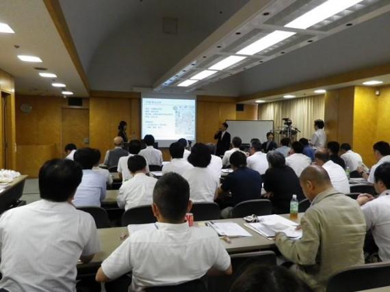 H24.08.31 「第2回地域共催交流セミナー」 大阪会場での発表風景(遠景)