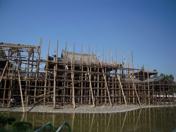 木製足場材を組み上げる鳶(とび)職人 (貴重な存在です)