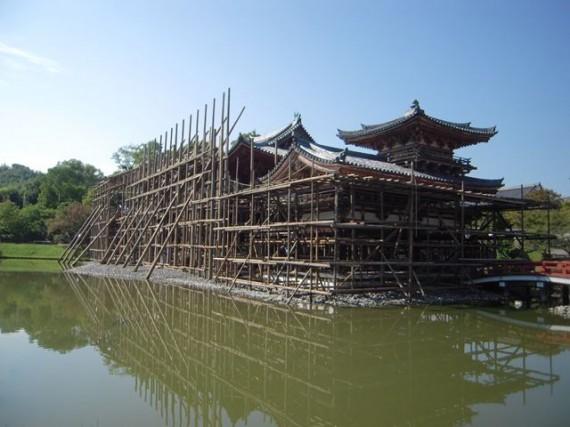 修理中の「平等院鳳凰堂」 (北斜めから)(H24.09.22) (全体が水面に映っています)