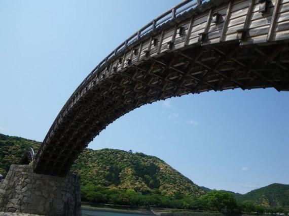 「錦帯橋」のアーチ橋分の木組みを下から観察