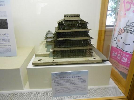 姫路城の「昭和の大修理」時の模型 (7層の天守を木製足場を組み上げた大屋根で覆っていた)