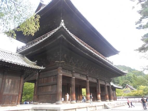 「南禅寺・三門」全景  門の左手前から撮影