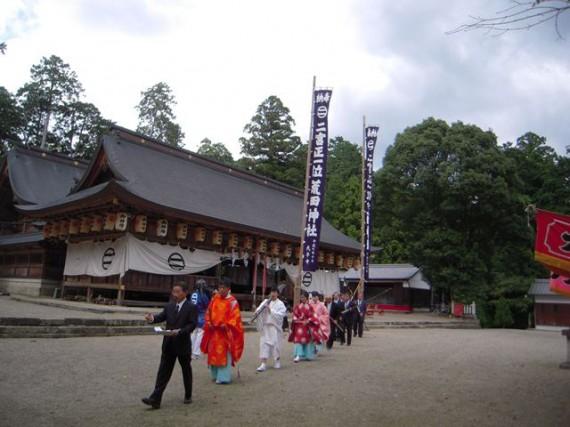 播磨二宮・荒田神社・秋祭り 「御旅」神事 (神社総代に続き、神職等が境内を周回)