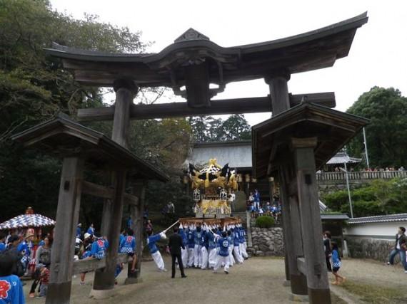 播磨二宮・荒田神社・秋祭り 木製鳥居脇で太鼓屋台の奉納