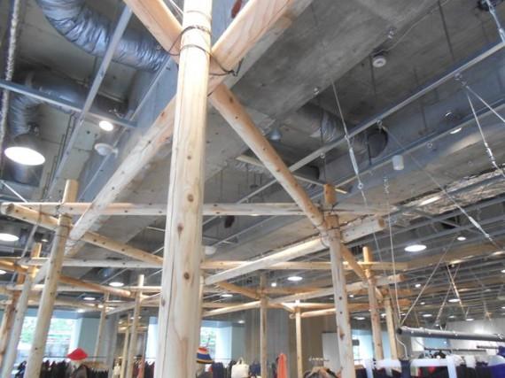 丸棒加工品(ロータリー丸太)で組み上げられた展示スペース(拡大)