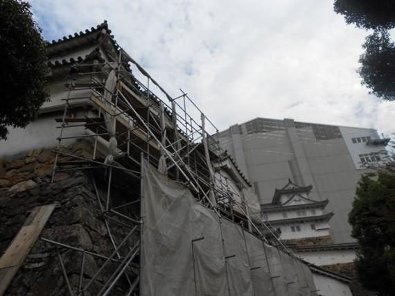 姫路城の櫓の補修現場 こちらでも鉄パイプの足場が組まれていました (少し悲しい……)