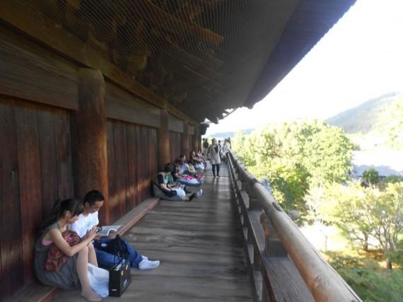 「南禅寺・三門」 楼上の裏側(山側)の様子 (まるで鴨川べりのようです)