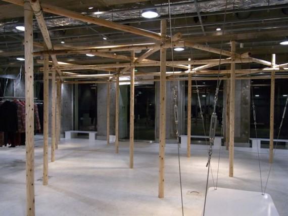 丸棒加工品(ロータリー丸太)で組み上げられた展示スペース(展示前)