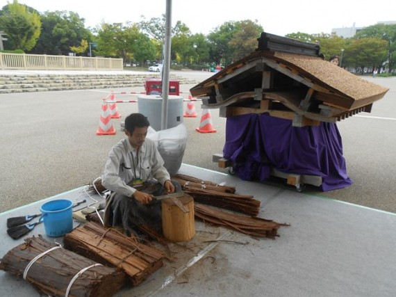 「文化財保存技術2012」での檜皮葺(ひわだぶき)の実演コーナー