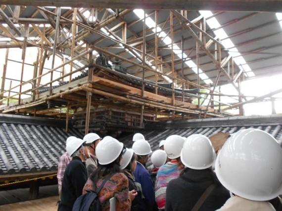 「平等院鳳凰堂」の修理現場 (新しい「足場丸太」は弊社納材分と思われます)