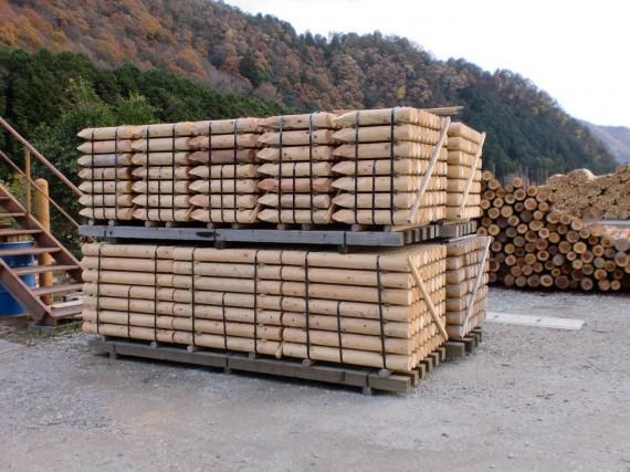 出荷を待つ 「間伐材」を加工した 「丸棒加工品・杭丸太」