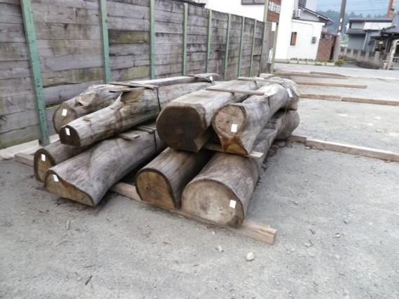 弊社・製材所で加工された「自然木ベンチ」