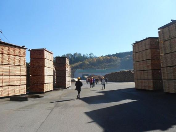 久万広域森林組合 父野川事業所 うず高く積み上げられた製材済製品