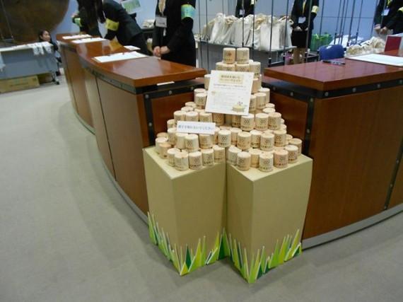 低炭素杯2013 来場者にお土産用として配布された「間伐材のペーパーウエイト」(弊社提供)