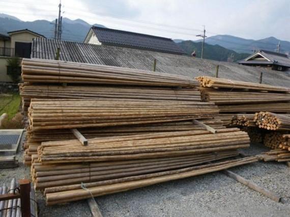 足場丸太 (間伐材の長尺物は足場丸太に加工、鉄管足場が普及するまでは大切な商材)