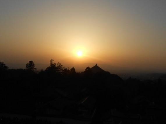 東大寺二月堂・舞台からの夕日 (大仏殿の上に沈む夕日)