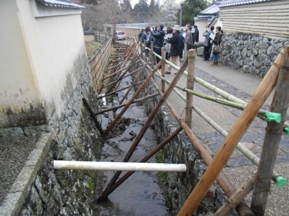 東大寺二月堂までの見学者通路(北側) 転落防止柵の支えに足場丸太と切丸太を使用