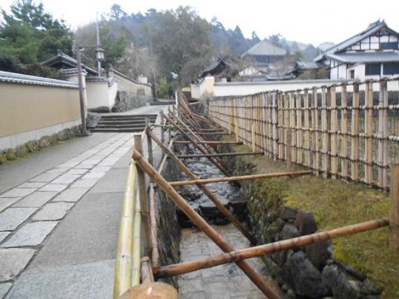 東大寺二月堂までの見学者通路(北側) 転落防止柵の支柱に「切丸太」を使用