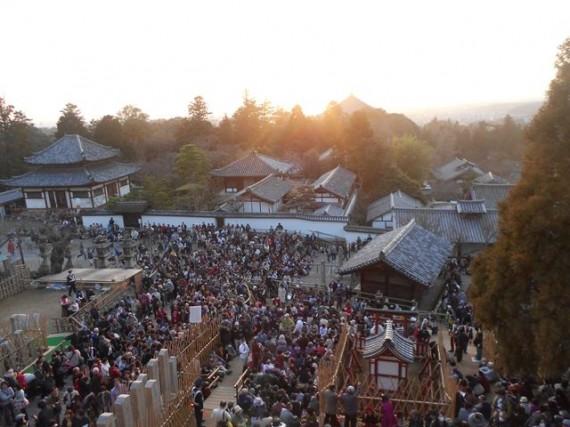 東大寺二月堂の舞台から観覧席を見たところ 石碑や石灯篭の保護柵(木杭と竹柵)