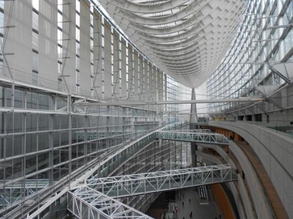 展示会が開催された「東京フォーラム」の鉄骨構造の天井 (一見の価値あり)