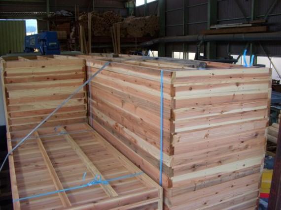 トラックに載せた「兵庫県産木材製」の型枠 (上から)_