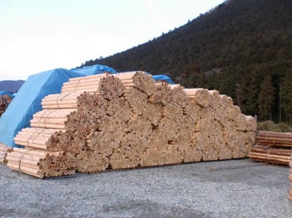 第1木場(本社工場)に山積みされた丸棒加工品(半製品)