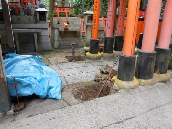 鳥居の根元を掘っているところ