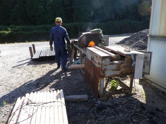 「焼き入れ機」に造園用杭を投入