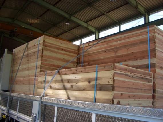 トラックに載せた「兵庫県産木材製」の「型枠」(横から)