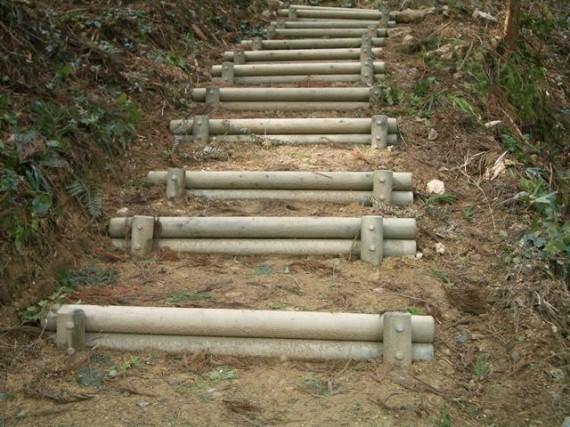 「間伐材加工製品の使用事例」  【階段工】  (兵庫県多可町内)