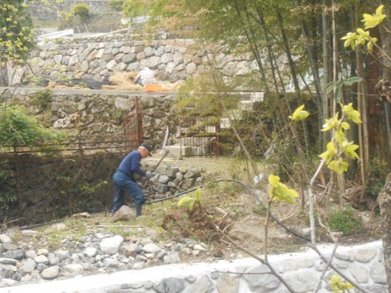 自家用簡易水道の改修工事(河川改修で仮設置分を回復工事中)