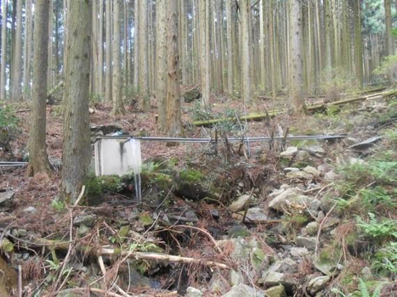 山中に設置された自家用簡易水道 (取水口から貯水タンクまで)