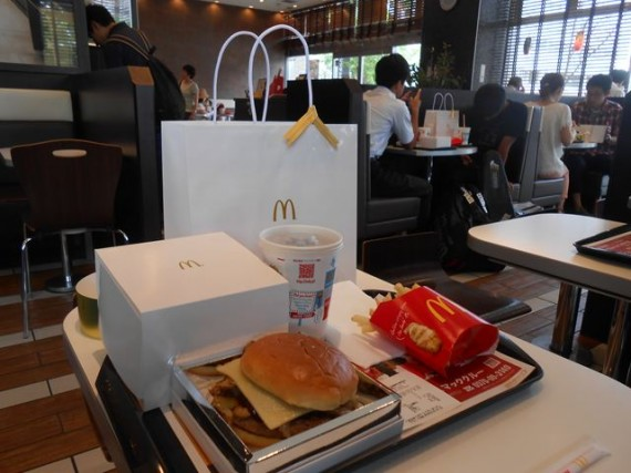 「1,000円ハンバーガー」を食する人が結構いた店内