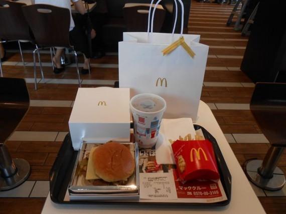 「1,000円ハンバーガー」のセット (記念撮影?)