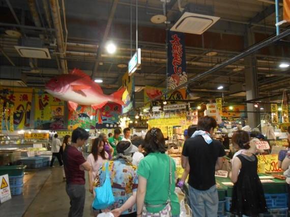 「水産物販売所」内の様子 (週末は歩くのに困るほどの人混みになるそうです)