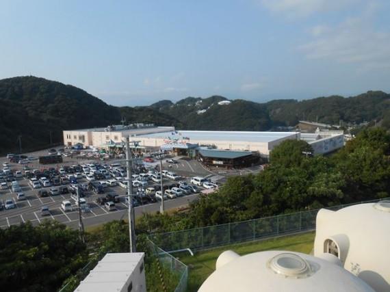 宿泊施設側から見た「水産物販売所」