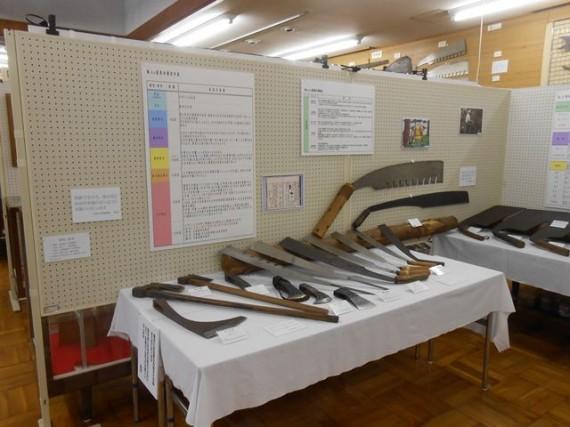 立木伐採用の「手曲鋸(てまがりのこ)と斧(おの)」