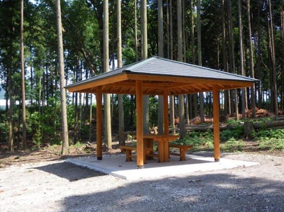 「大・中径木」の丸太を活用した「東屋」