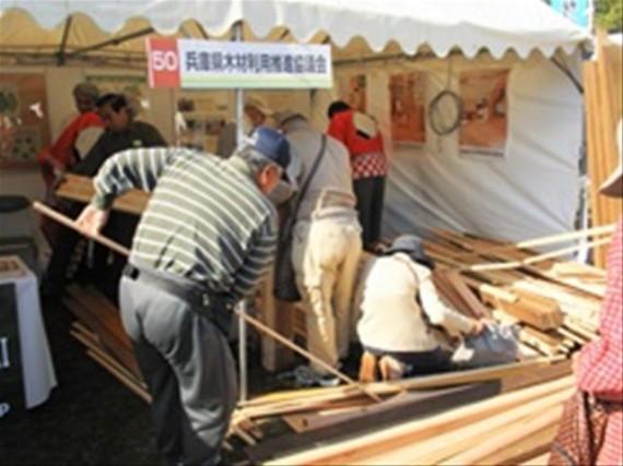 明石木材業協同組合の製材端材の配布の様子