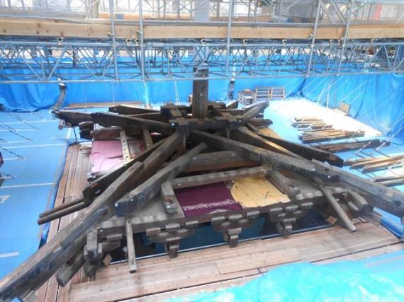 「薬師寺東塔」 最上階層の解体作業の様子 (横)」