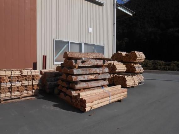 公園用のベンチ材に加工される予定のケアキ(欅)材