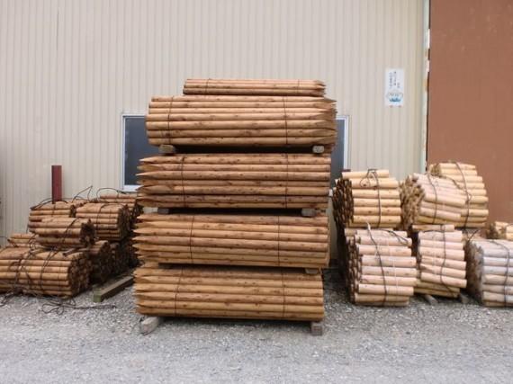 出荷を待つ 「造園用杭材(緑化支柱)」
