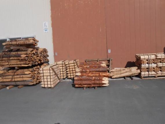 弊社の礎を築いた「アカマツ」の松杭(写真中央) と 杉・桧の丸棒加工品
