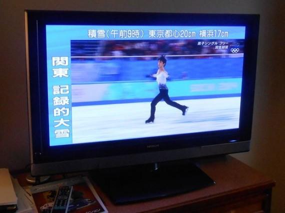 「フィギュアスケート男子・録画ライブ」での羽生選手の競技状況と「関東 記録的大雪」を伝える画面