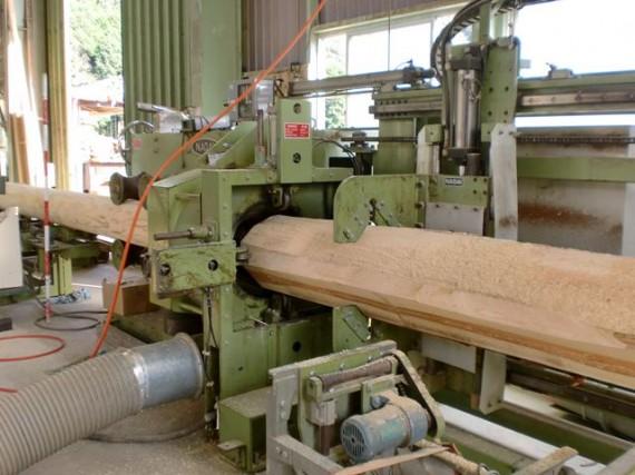 大径木(直径30cm)の丸棒(円柱)加工 投入側から
