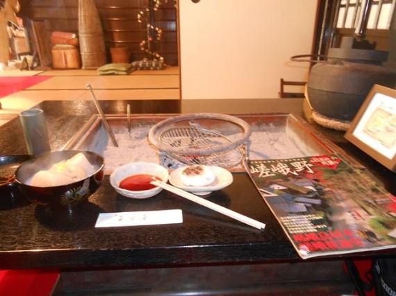 大鳥居の袂にある茶店「平野屋」の囲炉裏端で 「お餅焼き定食」