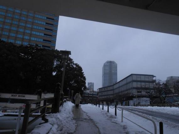 ホテルからの歩道 (人一人が通れる分だけ除雪されていました)